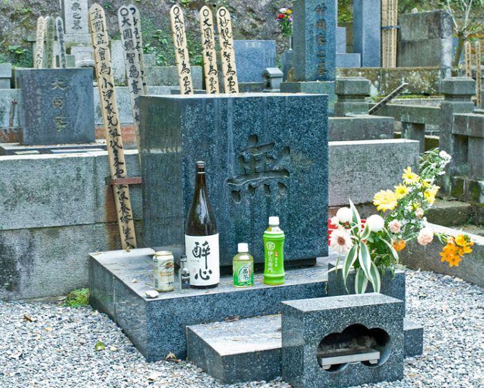 747px-engaku-ji_ozu-yasujiros-grave